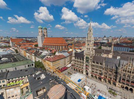 München, Deutschland - Hauptstadt und größte Stadt der Bayern, München bietet eine wunderbare Mischung aus Geschichte und Moderne. Hier insbesondere die zum UNESCO-Weltkulturerbe gehörende Altstadt von der Peterskirche aus gesehen