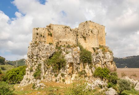 Hamat, Lebanon - built in the 17th century to guard the route from Tripoli to Beirut, the Mseilha Fort is a wonderful fortification built on a long, narrow limestone rock near the Nahr el-Jawz River Banque d'images