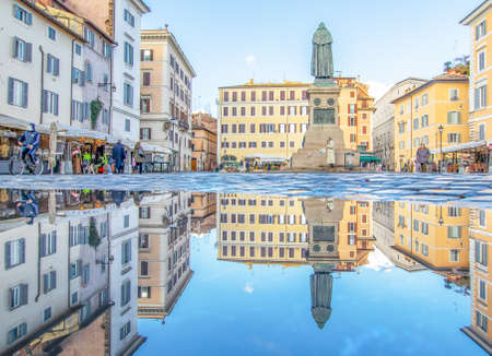 Rome, Italy - in Winter time, frequent rain showers create pools in which the wonderful Old Town of Rome reflect like in a mirror. Here in particular Campo de Fiori 版權商用圖片 - 162285164