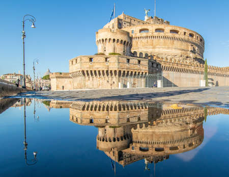 Rome, Italy - in Winter time, frequent rain showers create pools in which the wonderful Old Town of Rome reflect like in a mirror. Here in particular Castel Sant'Angelo 版權商用圖片 - 162285165