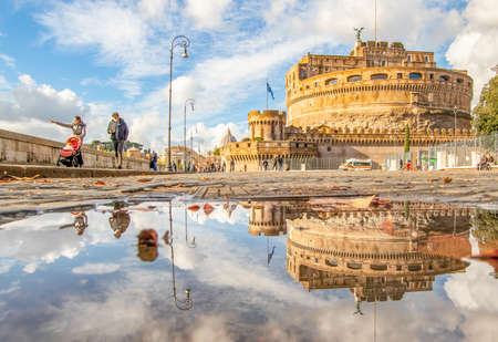 Rome, Italy - in Winter time, frequent rain showers create pools in which the wonderful Old Town of Rome reflect like in a mirror. Here in particular Castel Sant'Angelo 版權商用圖片 - 162285169