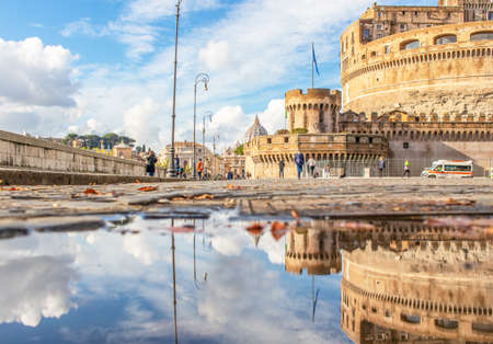 Rome, Italy - in Winter time, frequent rain showers create pools in which the wonderful Old Town of Rome reflect like in a mirror. Here in particular Castel Sant'Angelo 版權商用圖片 - 162285174