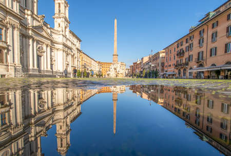 Rome, Italy - in Winter time, frequent rain showers create pools in which the wonderful Old Town of Rome reflect like in a mirror. Here in particular Piazza Navona 版權商用圖片 - 162676799