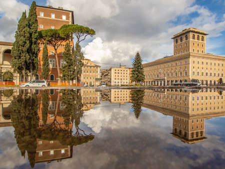 Rome, Italy - in Winter time, frequent rain showers create pools in which the wonderful Old Town of Rome reflect like in a mirror. Here in particular Via dei Fori Imperiali 新聞圖片