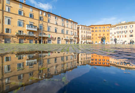 Rome, Italy - in Winter time, frequent rain showers create pools in which the wonderful Old Town of Rome reflect like in a mirror. Here in particular Piazza Navona 版權商用圖片 - 163155413