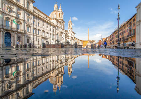 Rome, Italy - in Winter time, frequent rain showers create pools in which the wonderful Old Town of Rome reflect like in a mirror. Here in particular Piazza Navona 版權商用圖片 - 163155412