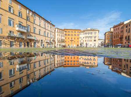 Rome, Italy - in Winter time, frequent rain showers create pools in which the wonderful Old Town of Rome reflect like in a mirror. Here in particular Piazza Navona 版權商用圖片 - 163155411