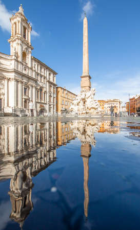 Rome, Italy - in Winter time, frequent rain showers create pools in which the wonderful Old Town of Rome reflect like in a mirror. Here in particular Piazza Navona 版權商用圖片 - 163155414