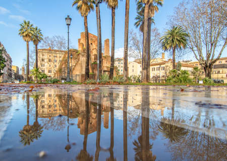 Rome, Italy - in Winter time, frequent rain showers create pools in which the wonderful Old Town of Rome reflect like in a mirror. Here in particular Piazza Vittorio Emanuele II 版權商用圖片 - 163155417