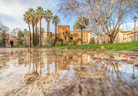 Rome, Italy - in Winter time, frequent rain showers create pools in which the wonderful Old Town of Rome reflect like in a mirror. Here in particular Piazza Vittorio Emanuele II 版權商用圖片 - 163155418