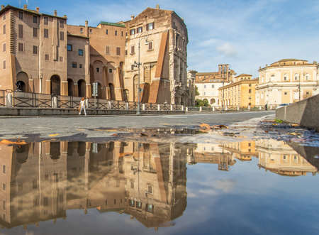 Rome, Italy - in Winter time, frequent rain showers create pools in which the wonderful Old Town of Rome reflects like in a mirror. Here in particular the Theater of Marcellus 版權商用圖片 - 163759482