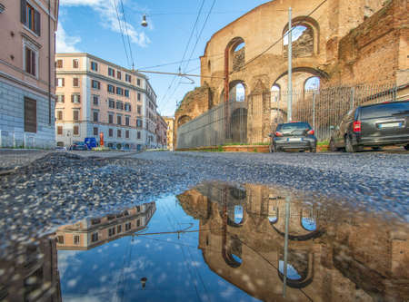 Rome, Italy - in Winter time, frequent rain showers create pools in which the wonderful Old Town of Rome reflects like in a mirror. Here in particular Via Giolitti 版權商用圖片 - 163759520
