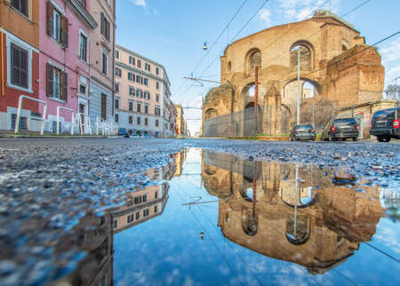 Rome, Italy - in Winter time, frequent rain showers create pools in which the wonderful Old Town of Rome reflects like in a mirror. Here in particular Via Giolitti 版權商用圖片 - 163759522