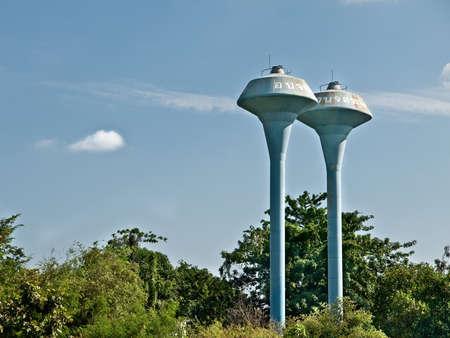 dep�sito agua: vista del cielo azul del tanque de agua azul, de pie en el bosque en el suburbio de Tailandia
