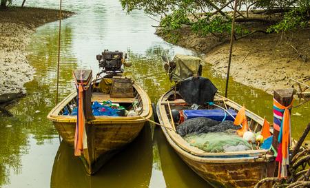 cours d eau: deux bateaux sur le cours d'eau calme