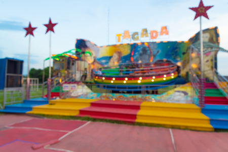 Abstract Blur or Defocus Background image of People Play gravity Spinning Cylinder Machine in Amusement Fun Park or Fun Fair at Twilight. 免版税图像 - 85872592