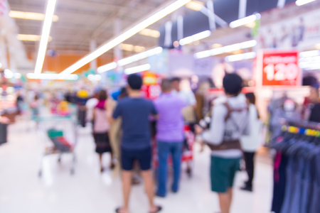Abstract Blur Defocus Bokeh Background of People Shopping in Supermarket or Shopping Mall at Clearance Sale Corner on Weekend. 免版税图像 - 92475553
