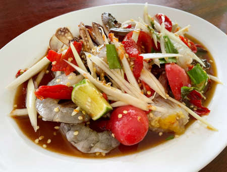 Spicy papaya salad with shrimp and crab. Standard-Bild