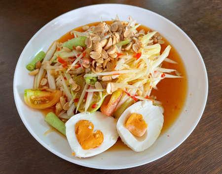 Thai papaya salad with salted egg. Standard-Bild