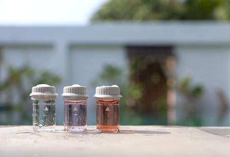 balanza de laboratorio: Botella de la prueba de agua con el espacio en el muro