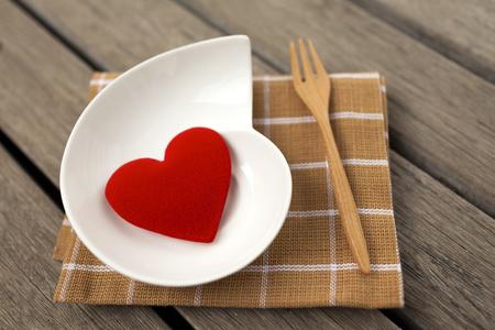 pisos de madera: Primer coraz�n rojo en cer�mica con el espacio en el piso de madera Foto de archivo