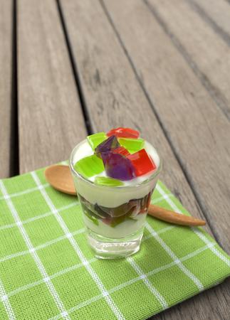 yogurt natural: Yogur natural con jalea de colorido Foto de archivo