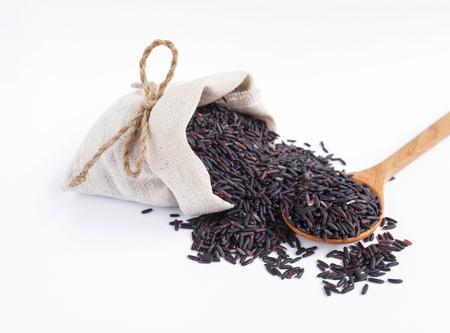 Arroz negro en la bolsa de lona en el fondo blanco Foto de archivo - 44395988