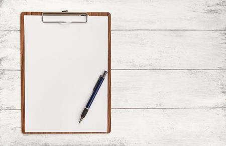 portapapeles: papel blanco en el portapapeles de madera con espacio en el fondo Foto de archivo