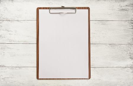 Hölzerne Zwischenablage auf Holz Hintergrund Standard-Bild - 44555688