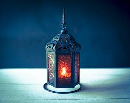 葡萄酒口气样式金属灯笼有黑暗的背景