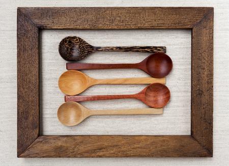 cocina antigua: colecci�n cuchara de madera en marco de madera