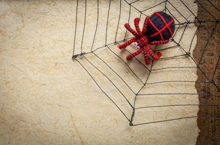 hilo rojo: ara�a hilo negro y rojo sobre la tela de ara�a de alambre en el papel natural, el concepto de fondo de Halloween