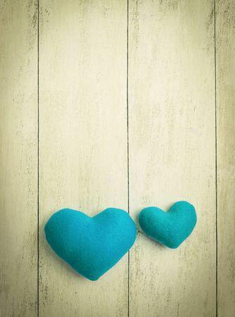 corazones azules: corazones azules en el piso de madera tono de �poca de estilo vertical,