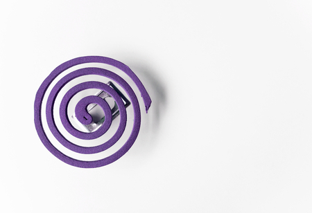 bobina: espiral para mosquitos p�rpura en backgroun blanco
