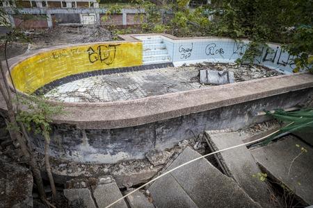 gunk: Empty Old swimming pool