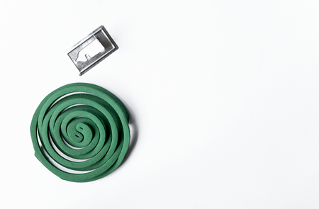 bobina: espiral para mosquitos con el espacio en el fondo blanco Foto de archivo