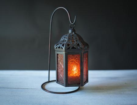 黑色背景上的金属灯笼设计
