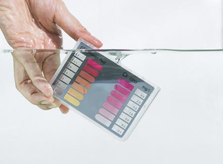 白い背景を持つ水浸漬水テスト キット