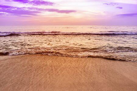 Sunset beach background, relaxing on peaceful beach, paradise island Stockfoto