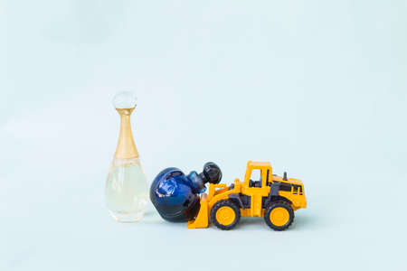 Yellow truck moving perfume bottle, clearnance sale concept Stok Fotoğraf