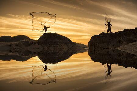 pescador: Temprano en la ma?ana del lago y los dos pescadores Foto de archivo