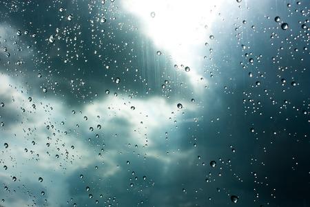 Krople deszczu na szkle, deszcz spada na czyste okno