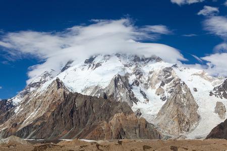 パキスタンのK2ベースキャンプ、スカルドゥに向かう途中、コンコルディアキャンプ場で晴れた青空の日に、白い雲がブロードピークの周りを円形に