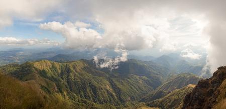 タイ西部の曇り空と茶色の草原と緑の熱帯雨林で覆われた山脈のパノラマビュー