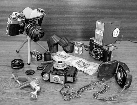 Riga, Letonia - 17 octubre, 2016: cámaras viejas de la foto, la luz del flash, rollos y películas Foto de archivo - 67114018