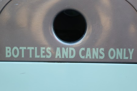 recycling reminder of separating cans and bottles 版權商用圖片