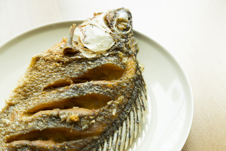 nile tilapia: Nile tilapia o Oreochromis niloticus fry sul piatto Archivio Fotografico
