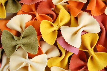 tie bow: Molti diversi sapori freschi di farfallino farfalle di pasta. Cibo italiano sfondo.