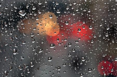 kropla deszczu: Raindrops na powierzchni szkła i rozmyte abstrakcyjne światła miasta. Teksturę tła.