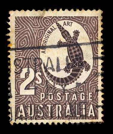 sello postal: AUSTRALIA - ALREDEDOR DE 1948. Vintage sello impreso por el australiano puesto con talla de roca de Arte aborigen de una ilustraci�n de cocodrilo, alrededor del a�o 1948. Foto de archivo